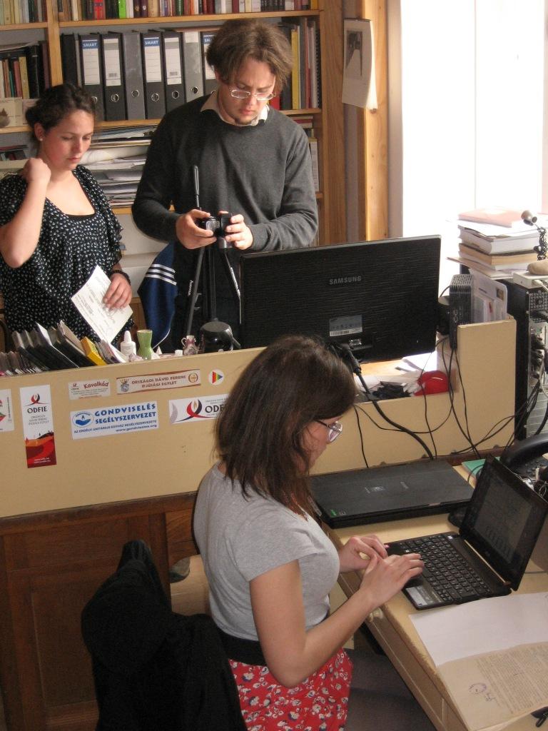 Levéltári anyag digitalizálása minden eszközt bevetve: szkennerrel és fényképezővel, 2014. április, fotó: Szendi Tünde.