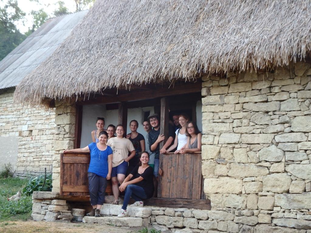 A kidei tájház tornácán a csapat 2015 nyarán