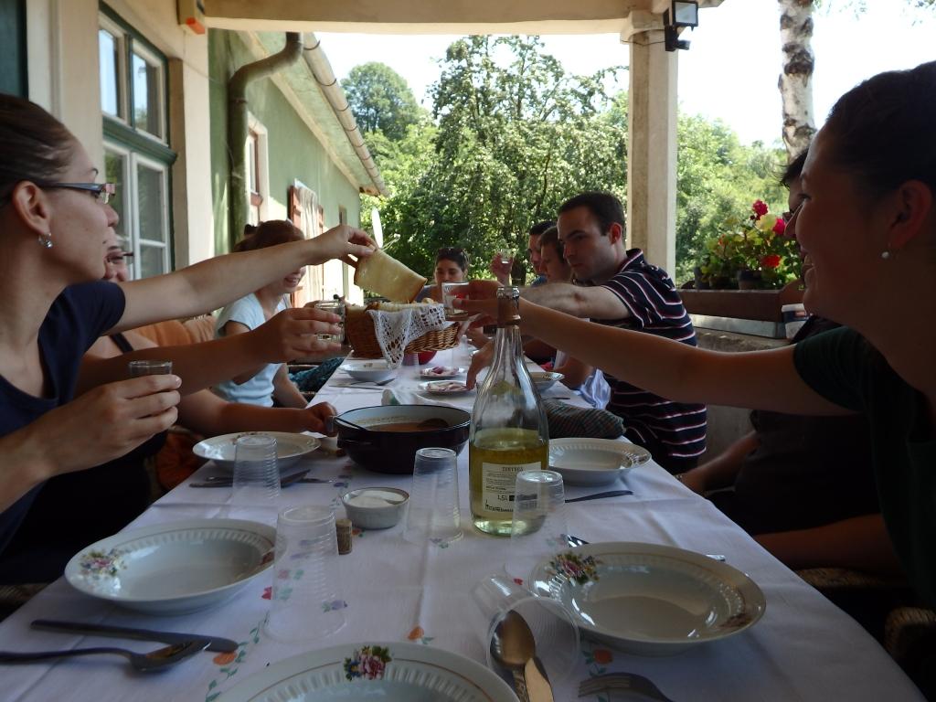 A közös étkezések és koccintások, 2015. augusztus. Fotó: Tar Virág